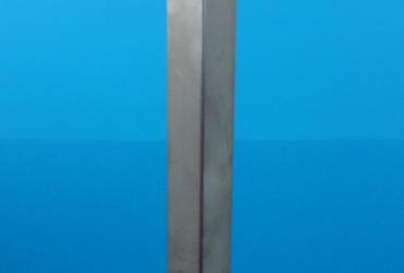 Słupek narozny z profilu z uchwytami do szkla